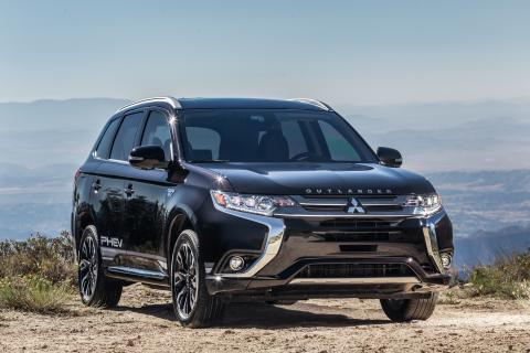 Mitsubishi Outlander PHEV Named Green Car Journal's 2019 Green SUV of the Year™  - Photo