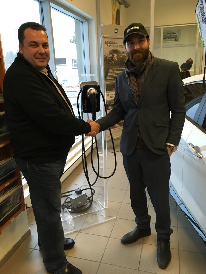 Bourgeois Chevrolet de Rawdon, Québec, le gagnant 2014-2015 du prix Leading Plug-in Hybrid Electric Vehicle (PHEV) Dealership au Canada a choisi de vendre le chargeur ChargePoint Home dans leur espace.  - Photo