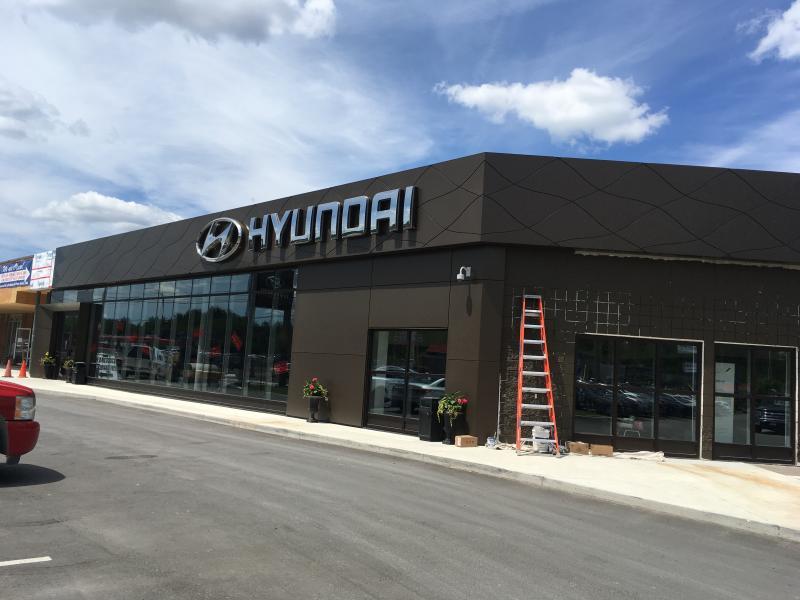 Trois stations de recharge installées à Sudbury Hyundai. - Photo